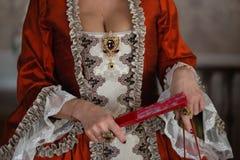 Kunglig medeltida boll för Retro stil - den majestätiska slotten med iklädda konung- och drottningens för ursnyggt folk vänn royaltyfri foto