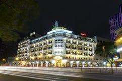 Kunglig natt för arkitekturslott med fransk arkitektonisk stil Arkivfoton