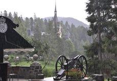Kunglig Peles slott i en regnig dag från Sinaia i Rumänien Royaltyfri Fotografi