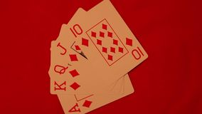 Kunglig person-exponering som spelar kort på en röd bakgrund stock video