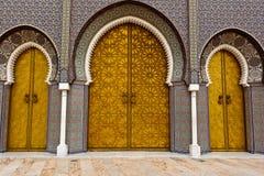 kunglig person för dörrfez utsmyckad slott till Arkivbilder