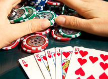 Kunglig personexponeringsseger i poker och kvinnliga händer som griper banken Arkivfoto