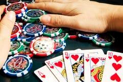 Kunglig personexponeringsseger i poker och kvinnliga händer som griper banken Fotografering för Bildbyråer