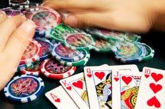 Kunglig personexponeringsseger i poker och kvinnliga händer som griper banken suddighet rörelse Royaltyfri Bild