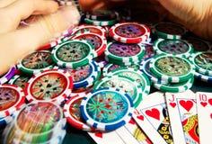Kunglig personexponeringsseger i poker och kvinnliga händer som griper banken suddighet rörelse Royaltyfria Foton