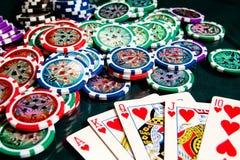 Kunglig personexponeringsseger i poker och stor hög av pokerchiper Arkivfoton