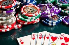 Kunglig personexponeringsseger i poker och stor hög av pokerchiper Fotografering för Bildbyråer