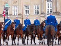 Kunglig personvakterna under vakten Changing Ceremony på den Amalienborg slotten Arkivbild