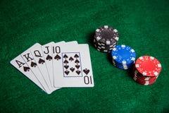 Kunglig rak spolning med buntar för pokerchip Royaltyfria Bilder