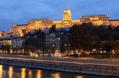 Kunglig slott av Budapest på skymning Royaltyfri Fotografi