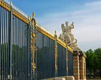 Kunglig slott för skulpturstaket i Versailles. Royaltyfria Bilder