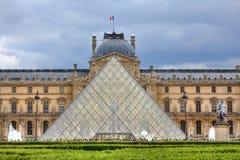 Kunglig slott och pyramid. Paris Frankrike. Fotografering för Bildbyråer
