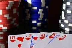 Kunglig spolning för pokerhand och pokerchiper arkivbilder