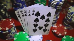 Kunglig spolning på kort och pokerchiper arkivfilmer