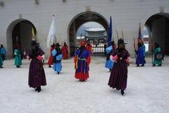 Kunglig vakt Changing Ceremony, Gyeongbokgung slott Royaltyfri Foto