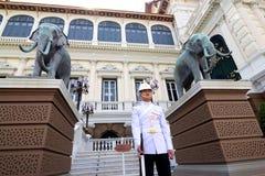 Kunglig vakt på den storslagna slotten, Bangkok Arkivbild