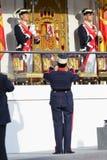 Kunglig vakt som tar ett foto av det kungliga podiet Royaltyfria Bilder