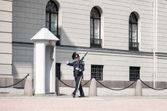 Kunglig vakt utanför den kungliga slotten i Oslo, Norge Arkivbild