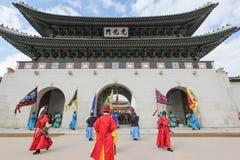 Kunglig vaktkapacitet på den Gwanghwamun porten, Seoul, Korea Royaltyfri Bild