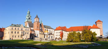 Kunglig Wawel för folkbesök slott i Krakow Arkivbilder