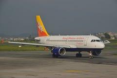 Kungliga Bhutan flygbolag på Nepal Tribhuvan den internationella flygplatsen Arkivbilder