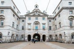 Kungliga hästvakter ståtar på det Amiralitetet huset i London Arkivbild