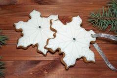 kungliga kakor för isläggningpepparkakasnöflingor på träbakgrund royaltyfri fotografi