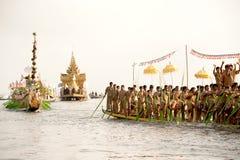 Kungliga Karaweik rusar in den Phaung Daw Oo pagodfestivalen, Myanmar Arkivbilder