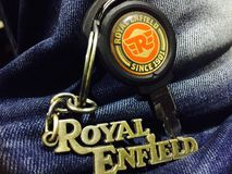 kungliga keychains för enfield cykelförälskelse royaltyfri foto