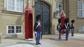 Kungliga livvakter framme av den Amalienborg slotten, Köpenhamn, Danmark stock video
