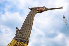 Kungliga personen rusar Suphannahong, reproducerad på Wat Chalor Royaltyfria Foton