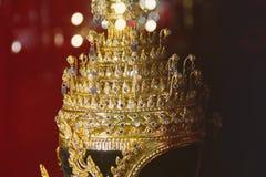 Kungliga prydnader Krona p? en r?d bakgrund arkivfoto