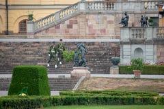 Kungliga vakter på den Drottningholm slotten arkivbilder