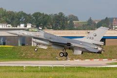 Kungligt Nederländernaflygvapen Koninklijke Luchtmacht General Dynamics F-16AM som slåss militärt strålflygplan för falk royaltyfria bilder