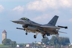 Kungligt Nederländernaflygvapen Koninklijke Luchtmacht General Dynamics F-16AM som slåss militärt strålflygplan för falk royaltyfri foto