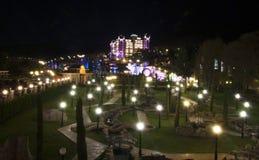 Kungligt slotthotell på natten arkivbild