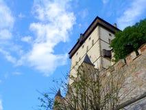 Kungligt slottKarlstejn torn i Tjeckien Arkivfoton