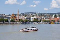 Kungligt slottkomplex och färja, flodtransportskepp och att sväva busssight på land och vatten, Danube River i Budapest, c Royaltyfri Foto