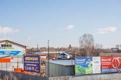 Kungur,俄罗斯- 4月16 2016年:工厂建筑物材料 免版税库存图片