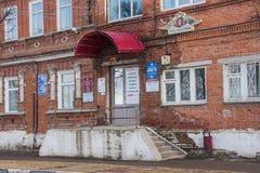 Kungur,俄罗斯- 4月16 2016年:正式身体古老大厦  免版税库存照片