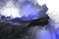 Kungur-Eis-Höhle Beschaffenheit des Felsens, umfasst mit Frost innerhalb der Höhle lizenzfreies stockfoto