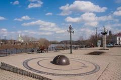 Kungur Rosja, Kwiecień, - 16 2016: Kwadrat na wybrzeżu rzeczny Syl Obrazy Royalty Free