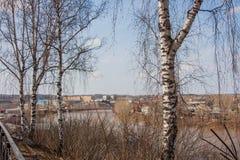 Kungur, Rusia - paisaje rural en la costa del río Foto de archivo