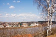 Kungur, Rusia - paisaje rural en la costa del río Foto de archivo libre de regalías
