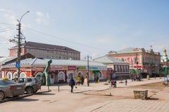 Kungur Ryssland - April 16 2016: Stadslandskapet med shoppar Arkivbilder