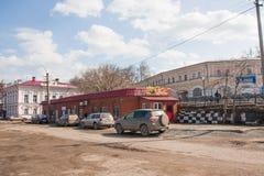 Kungur Ryssland - April 16 2016: Stadslandskapet med shoppar Royaltyfri Foto