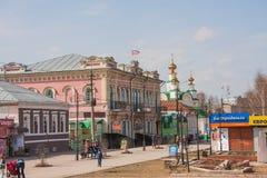 Kungur Ryssland - April 16 2016: Stadslandskapet med shoppar på a Fotografering för Bildbyråer