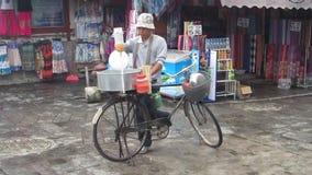 Kunming, Κίνα - 08/25/2012: Άτομο που κατασκευάζει την καραμέλα βαμβακιού σε ένα ποδήλατο απόθεμα βίντεο