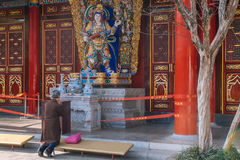 KUNMING- 13 ΜΑΡΤΊΟΥ 2016 Η ηλικιωμένη γυναίκα προσεύχεται στο βουδιστικό ναό Yuantong, Στοκ Φωτογραφία