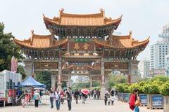 KUNMING, CHINA - 20. August 2014: Goldenes Pferdeerinnerungstorbogen auf J Lizenzfreie Stockfotos